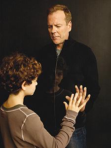 Kiefer Sutherland y David Mazouz en Touch