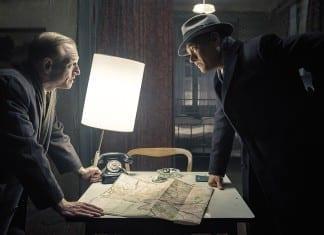 Tom Hanks y Scott Shepherd en El puente de los espías