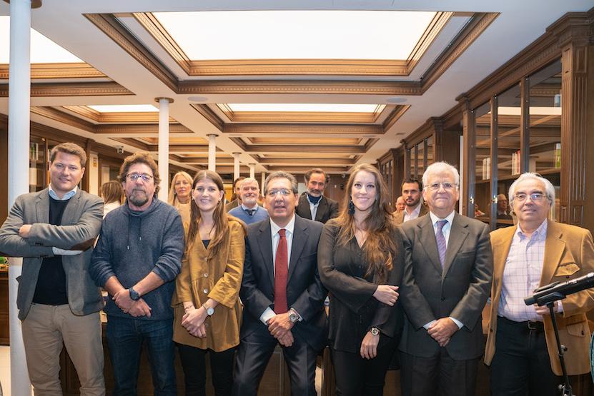 El presidente de la Fundación Cajasol, Antonio Pulido, junto a numerosos artistas y colaboradores que forman parte de la programación navideña de la entidad