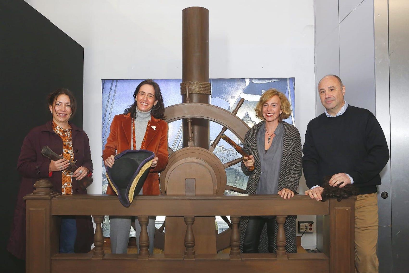 """A la izquierda, Sandra Rodríguez, comisaria de la exposición """"Piratas. Los ladrones del mar"""", junto a  Susana Cayuelas, Isabel Ojeda y Francisco Molina."""