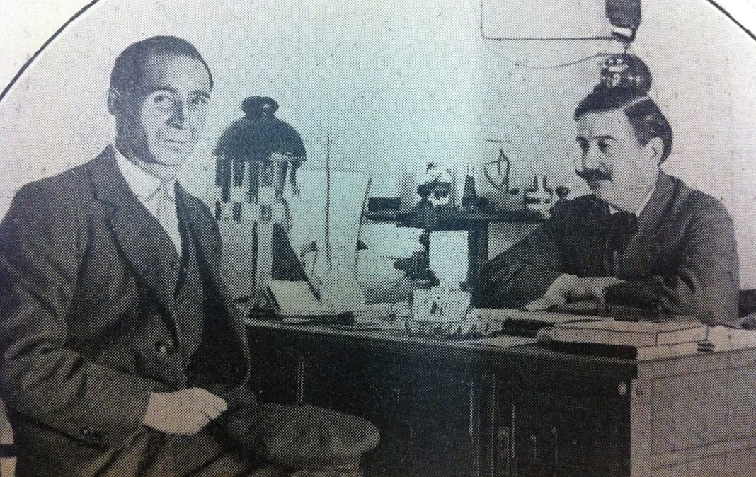 Adelardo Fernández Arias (a la derecha) atendiendo una visita en su despacho
