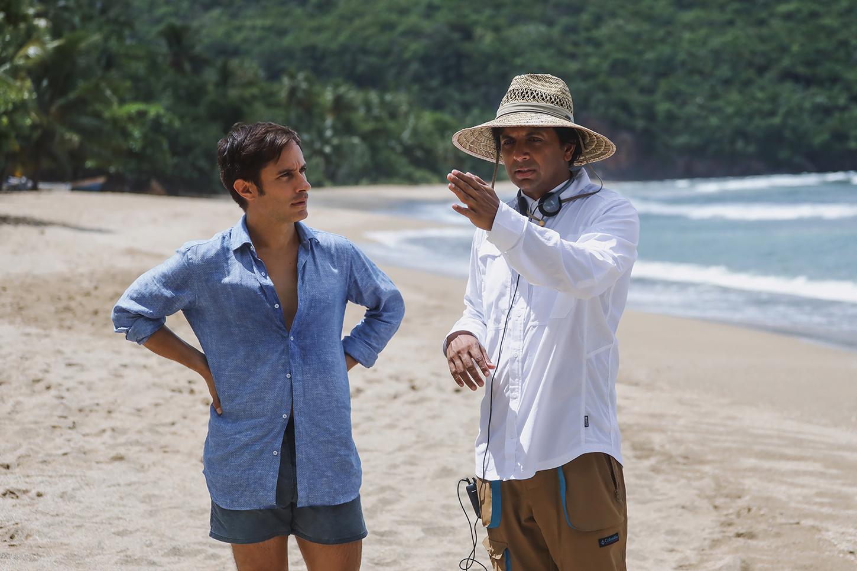 Gael García Bernal y el director M. Night Shyamalan en el rodaje de Tiempo.