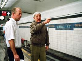 Richard Donner da instrucciones a Bruce Willis en el rodaje de 16 calles